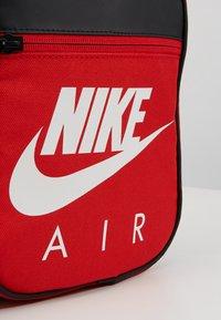Nike Sportswear - FUELPACK - Taška spříčným popruhem - university red - 2