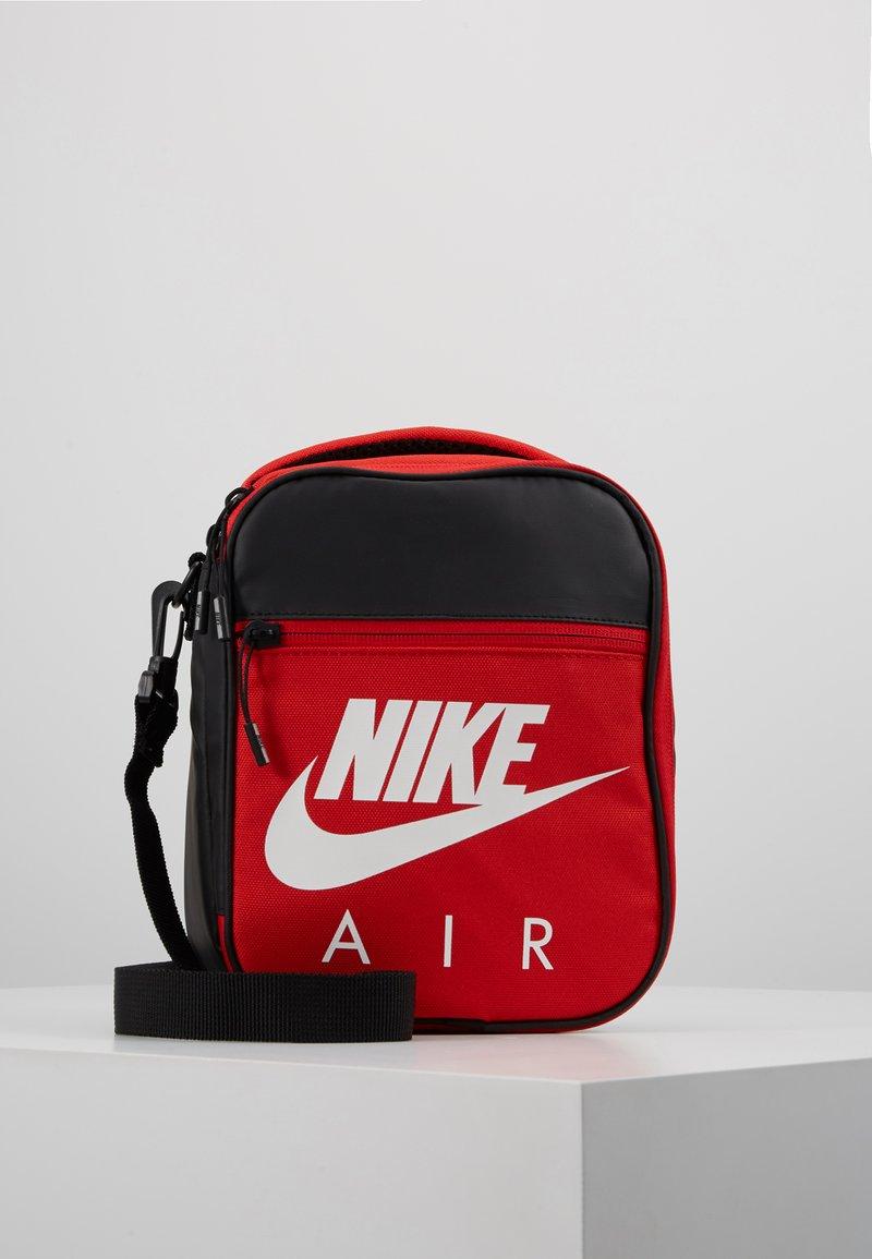 Nike Sportswear - FUELPACK - Taška spříčným popruhem - university red