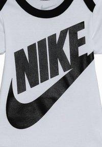 Nike Sportswear - FUTURA LOGO HAT BOOTIE BABY SET - Body - white - 3