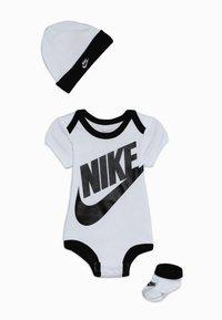 Nike Sportswear - FUTURA LOGO HAT BOOTIE BABY SET - Body - white - 0