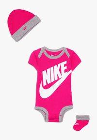 Nike Sportswear - FUTURA LOGO HAT BOOTIE BABY SET - Body - rush pink - 0