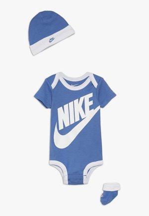 FUTURA LOGO HAT BOOTIE BABY SET - Body - mountain blue