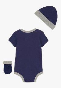 Nike Sportswear - FUTURA LOGO HAT BOOTIE BABY SET - Bonnet - blue void - 1
