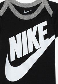 Nike Sportswear - FUTURA LOGO HAT BOOTIE BABY SET - Body - black - 4