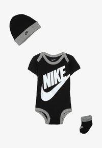 Nike Sportswear - FUTURA LOGO HAT BOOTIE BABY SET - Body - black - 3
