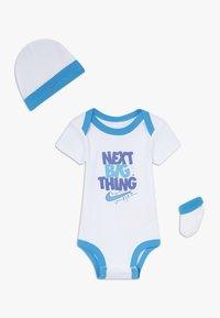 Nike Sportswear - MOTIVATE VERBIAGE BABY SET  - Regalos para bebés - white - 0