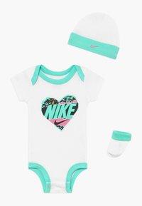 Nike Sportswear - FEMME BABY SET - Geboortegeschenk - white - 0