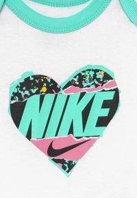 Nike Sportswear - FEMME BABY SET - Geboortegeschenk - white - 3