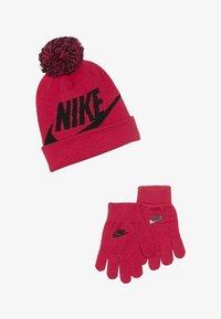 Nike Sportswear - POMBEANIEGLOVESET - Sormikkaat - rush pink - 3