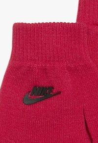 Nike Sportswear - POMBEANIEGLOVESET - Sormikkaat - rush pink - 4