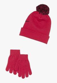 Nike Sportswear - POMBEANIEGLOVESET - Sormikkaat - rush pink - 1
