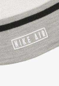 Nike Sportswear - STRIPE BEANIE GLOVE SET - Fingervantar - grey heather - 4