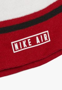 Nike Sportswear - STRIPE BEANIE GLOVE SET - Hansker - university red - 4