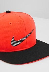 Nike Sportswear - LIL AUTOS - Cap - bright crimson - 2