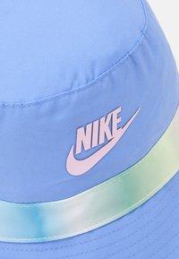 Nike Sportswear - REVERSIBLE BUCKET - Kapelusz - royal pulse/light arctic pink - 4