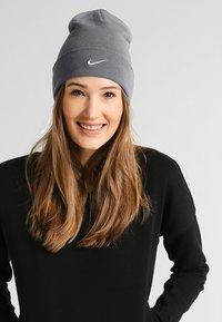 Nike Sportswear - BEANIE - Gorro - dark grey/metallic silver - 1