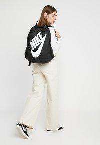 Nike Sportswear - HAYWARD FUTURA 2.0 - Ryggsäck - black/white - 5
