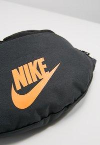 Nike Sportswear - HERITAGE HIP PACK - Heuptas - anthracite/black - 6