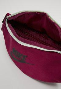Nike Sportswear - HERITAGE HIP PACK - Ledvinka - true berry/black - 4