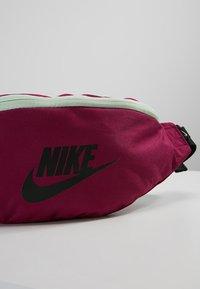 Nike Sportswear - HERITAGE HIP PACK - Ledvinka - true berry/black - 7