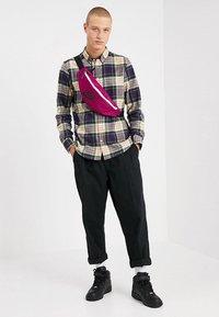 Nike Sportswear - HERITAGE HIP PACK - Ledvinka - true berry/black - 1