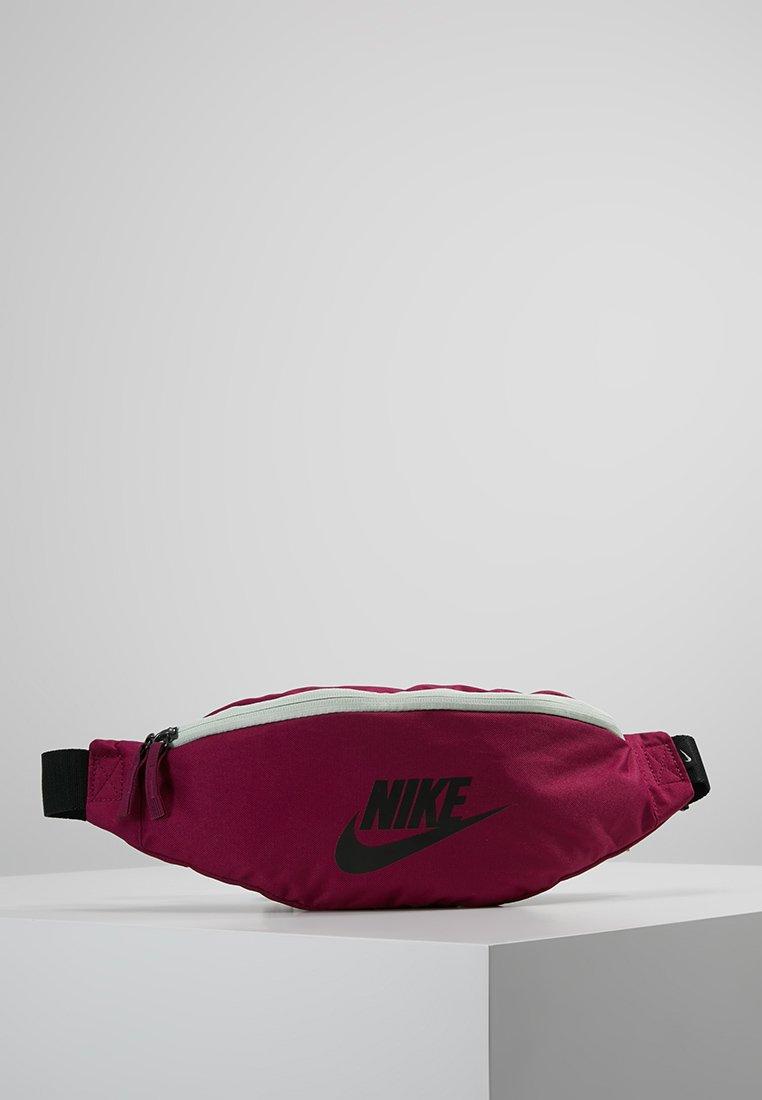 Nike Sportswear - HERITAGE HIP PACK - Ledvinka - true berry/black