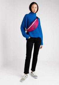 Nike Sportswear - HERITAGE HIP PACK - Ledvinka - true berry/black - 5