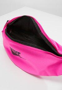 Nike Sportswear - HERITAGE HIP PACK - Heuptas - fuchsia/black - 4