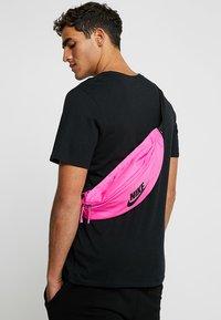 Nike Sportswear - HERITAGE HIP PACK - Heuptas - fuchsia/black - 1