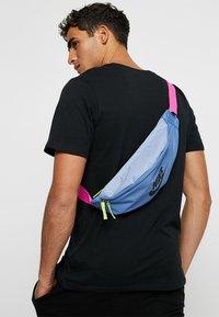 Nike Sportswear - HERITAGE HIP PACK - Vyölaukku - indigo storm/indigo fog/black - 1