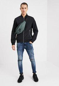 Nike Sportswear - HERITAGE HIP PACK - Ledvinka - mineral spruce/black - 1
