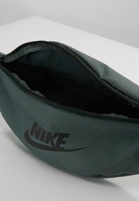 Nike Sportswear - HERITAGE HIP PACK - Ledvinka - mineral spruce/black - 4