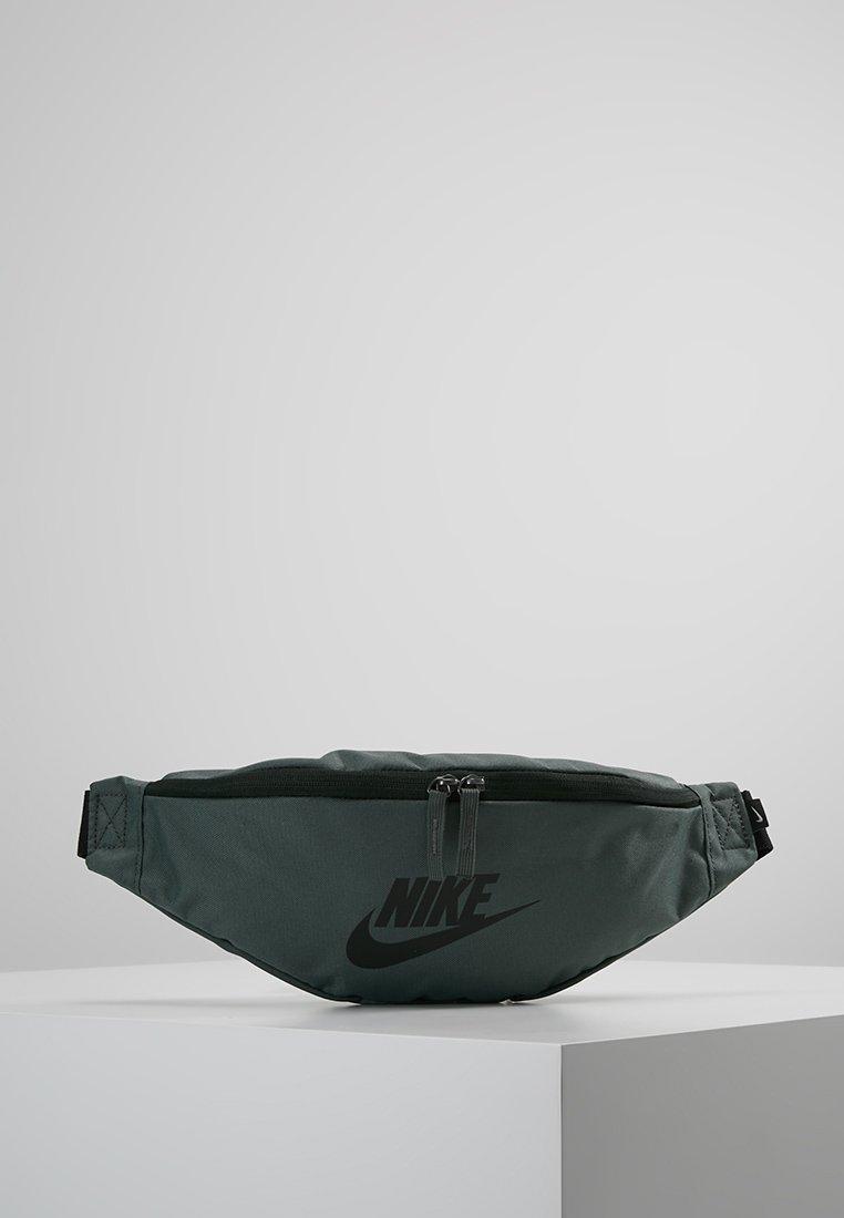 Nike Sportswear - HERITAGE HIP PACK - Ledvinka - mineral spruce/black