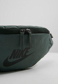 Nike Sportswear - HERITAGE HIP PACK - Ledvinka - mineral spruce/black - 7