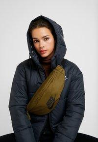 Nike Sportswear - HERITAGE HIP PACK - Ledvinka - olive flak/black - 5