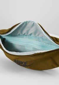 Nike Sportswear - HERITAGE HIP PACK - Ledvinka - olive flak/black - 4