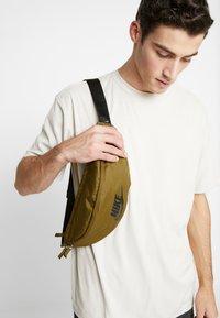 Nike Sportswear - HERITAGE HIP PACK - Ledvinka - olive flak/black - 1