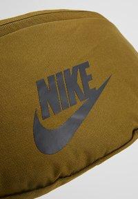 Nike Sportswear - HERITAGE HIP PACK - Ledvinka - olive flak/black - 7