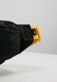 Nike Sportswear - HERITAGE HIP PACK - Ledvinka - black/amarillo - 7