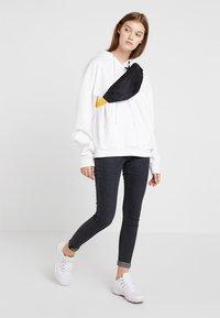 Nike Sportswear - HERITAGE HIP PACK - Ledvinka - black/amarillo - 5