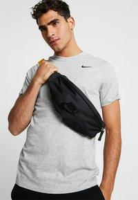 Nike Sportswear - HERITAGE HIP PACK - Ledvinka - black/amarillo - 1
