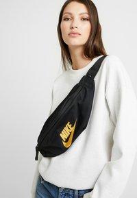 Nike Sportswear - HERITAGE HIP PACK - Gürteltasche - black - 5