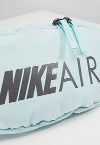 Nike Sportswear - HERITAGE HIP PACK AIR - Ledvinka - teal tint/black/dark grey - 7