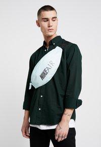 Nike Sportswear - HERITAGE HIP PACK AIR - Ledvinka - teal tint/black/dark grey - 1