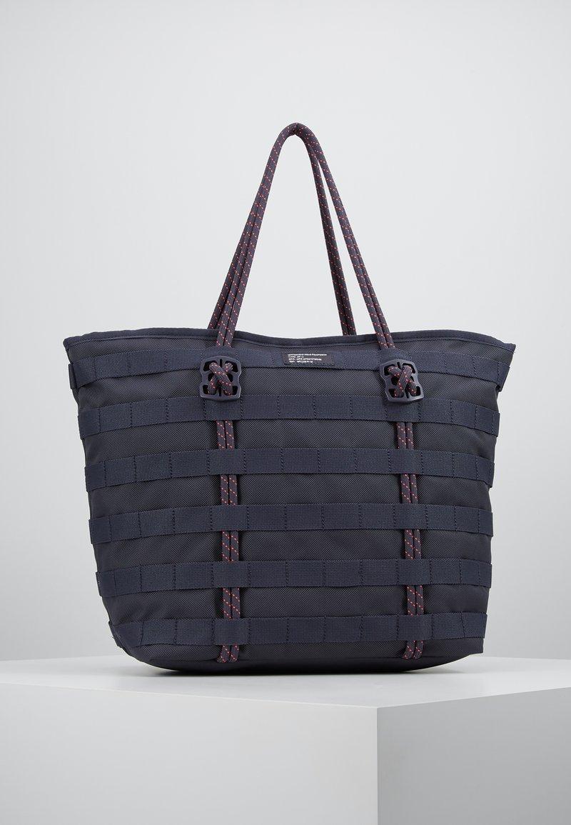 Nike Sportswear - TOTE - Tote bag - gridiron/bright crimson/white