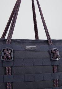 Nike Sportswear - TOTE - Tote bag - gridiron/bright crimson/white - 7