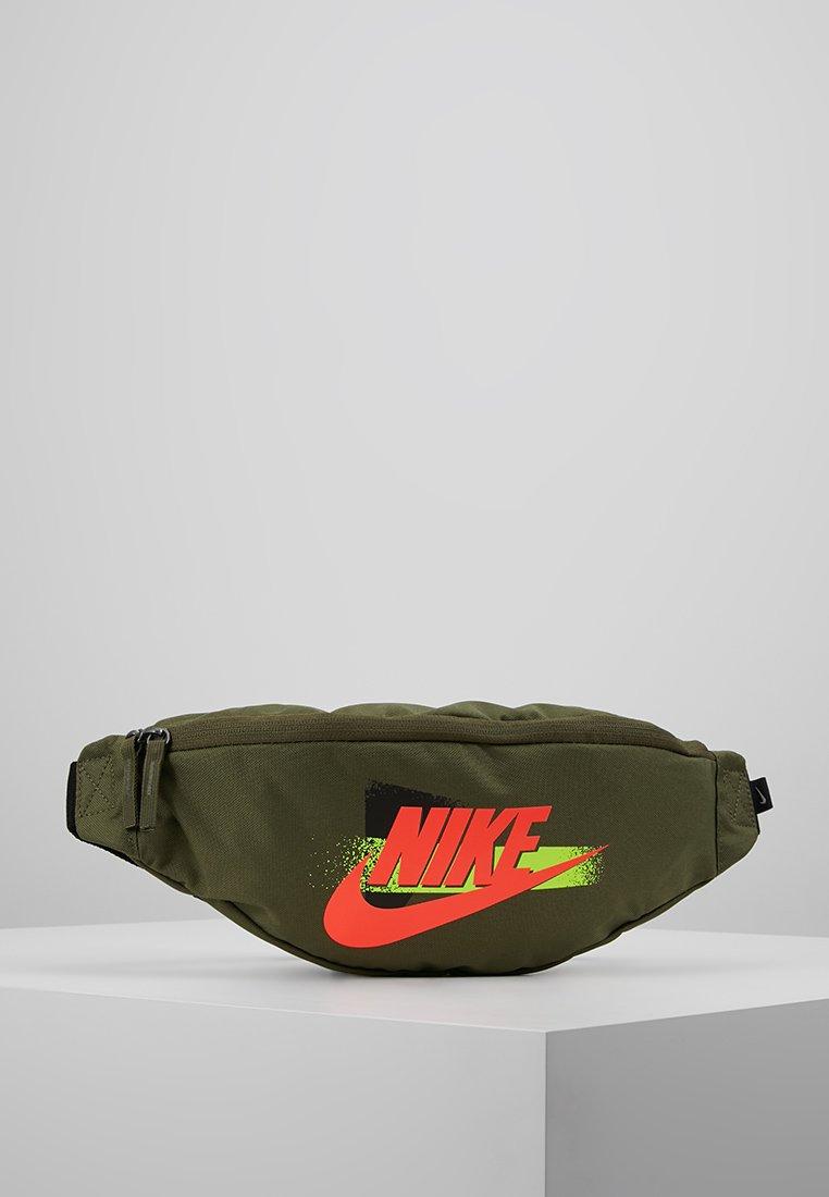 Nike Sportswear - HERITAGE HIP PACK - Gürteltasche - medium olive/black/bright crimson