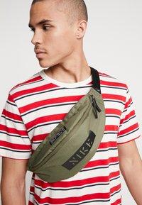Nike Sportswear - HERITAGE HIP PACK - Ledvinka - medium olive/white - 1