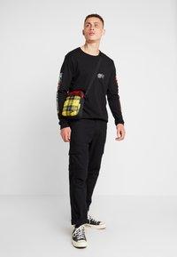 Nike Sportswear - HERITAGE SMIT - Bandolera - black/gunsmoke - 1