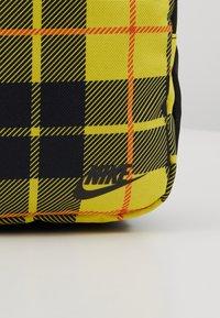 Nike Sportswear - HERITAGE SMIT - Bandolera - black/gunsmoke - 7